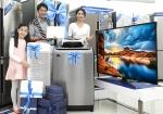 삼성전자 모델들이 삼성 디지털프라자 홍대점에서 삼성전자의 대표적인 인기 가전제품들을 소개하고 있다.