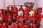 '자선의 계절' 행사에서의 자원봉사자들과 NBA 스타들
