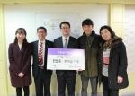 새천년카클리닉 김용완 대표(왼쪽에서 두 번째)와 가족들이 한국백혈병어린이재단 서선원 사무처장(가운데)에게 후원금과 헌혈증을 전달하고 있다.