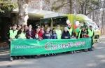 희망이음과 홀트일산복지타운 관계자들이 지난 23일 경기도 일산 홀트일산복지타운에서 진행된 '2015 행복한 크리스마스' 행사에서 장애인 및 자원봉사자 400여 명을 대상으로 식사봉사를 진행한 뒤 기념사진을 촬영하고 있다.