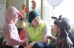 가수 정희주가 23일 사회복지법인 홀트일산복지타운에 방문해 배식 봉사활동에 참여한 뒤 장애인 생활관을 찾아 장애아동들과 이야기를 나누고 있다.