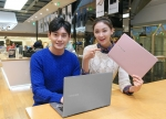 삼성전자 모델이 삼성 딜라이트에서 2016년형 대화면, 초경량 프리미엄 노트북인 '노트북 9'을 소개하고 있다.