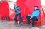 평창송어축제 홍보대사 활동중인 개그맨 염경환씨가 아들 은률이와 함께 송어얼음낚시를 즐기고 있다