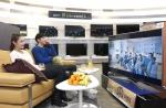 삼성전자 모델들이 4일 논현동 삼성 디지털프라자 강남본점에서 소중한 사람들과 함께하는 삼성 SUHD TV 집모임 이벤트를 소개하고 있다 (사진제공: 삼성전자)