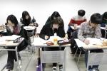 신우성학원에서 학생들이 강의를 듣고 있다