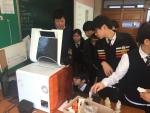 3D프린터를 가까이서 보며 신기해 하는 중학교 학생들 (사진제공: 쓰리디아이템즈)