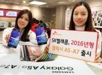 13일 중구 을지로 SK텔레콤 대리점에서 SK텔레콤 모델들이 14일 출시되는 삼성 스마트폰 '갤럭시 A5·A7'을 선보이고 있다