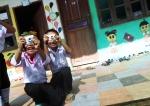 라오스 아이들이 서로의 모습을 사진에 담고 있다. (사진제공: 프로젝트룩)