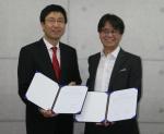 텔레투게더 윤원상 대표(왼쪽)와 카테노이드 김형석 대표(오른쪽)가 협약서를 들고 있다.
