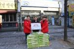 어려운 이웃을 위한 '사랑의 쌀'기부 운동에 동참한 윤승철(43세)씨.  쌀 300kg을 전달하고 기념사진을 촬영한 모습. (사진제공: 세계교육문화원)