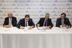 에머슨 회장이자 CEO인 데이비드 파(오른쪽 끝)와 카본 홀딩스의 회장이자 CEO인 바질 엘바즈(왼쪽에서 두번째)가 양해 각서에 서명하고 있다
