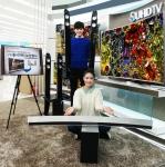 삼성전자 모델이 삼성 디지털프라자 홍대점에서 S골드러시 홈시어터 보상행사 대상 제품인 SUHD TV(JS9500)와 사운드바(HW-J8501) 제품을 소개하고 있다 (사진제공: 삼성전자)