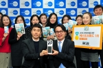 한국먼디파마 이종호 대표이사(하단부 오른쪽)가 조선에듀케이션 베이비조선사업본부 김병기 본부장(하단부 왼쪽)으로부터 상패를 전달 받고 직원들과 함께 기념촬영을 하고 있다