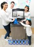삼성전자 모델들이 3일 출시 1년만에 글로벌 150만대 판매를 기록한 액티브워시 세탁기를 소개하고 있다 (사진제공: 삼성전자)