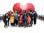1월 26일~27일 KMI 대구센터가 후원한 스키캠프에 참여한 수녀님들과 수도사, 아이들이 기념촬영을 하는 모습이다