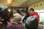 정휴준 대가대 교수와 정종섭 전 행자부 장관이 노숙선교회에서 배식 봉사를 했다 (사진제공: 희망나눔연구센터)