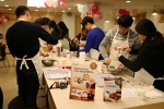 삼양 큐원 홈메이드 쿠킹클래스에 참가한 커플들이 밸런타인데이를 맞아 초콜릿을 만들고 있다