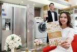 삼성전자 모델들이 15일 논현동 삼성 디지털프라자 강남본점에서 혼수를 준비하는 고객들을 위해 최대 100만 원 상당의 파격적인 혜택을 담은 2016 S웨딩북을 소개하고 있다. (사진제공: 삼성전자)