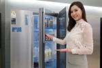 삼성전자 모델이 강서구 염창동 삼성 디지털프라자 강서본점에서 더욱 새로워지고 편리해진 2016년형 지펠 푸드쇼케이스 냉장고 신제품을 소개하고 있다 (사진제공: 삼성전자)