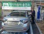 LG전자 베스트샵 노원 본점 김동식 지점장이 씨티카를 충전하고 있다 (사진제공: 씨티카)