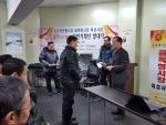 하재은 신한경영법인 대표(사진 오른쪽)가 16일 둔촌역전통시장 골목형시장 육성사업 상인기획단 발대식에서 시장 기획단원 임명장을 수여하고 있다