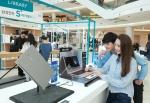 삼성전자 모델이 지난 20일 첫 번째 체험 행사가 열린 영등포 타임스퀘어에서 최신 IT제품을 소개하고 있다 (사진제공: 삼성전자)