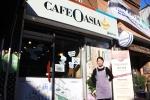 바리스타 경력을 살려 자신의 카페인 카페오아시아 배다리점을 연 새터민 출신 이명애 씨가 2월 23일 카페 매장 앞에서 웃어보이고 있다