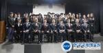 2015학년도 졸업식에서 졸업생 및 교수 등이 참석해 단체 사진을 찍는 모습이다