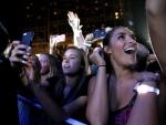 """제이슨 데룰로와 힐튼이 """"스탑 클리킹 어라운드(Stop Clicking Around) 콘서트로 음악 팬들을 초대, 힐튼 샌디에이고 베이프런트에서 2016년 2월 27일 서프라이즈 콘서트를 시작했다. (사진제공: Hilton Worldwide)"""