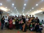 설 연휴 척사대회 후 이민자들과 예비사회복지사들 기념촬영 (사진제공: 한국아동청소년상담소)