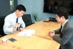 대출서류 작성 중인 강 대표 및 코리아펀딩 직원