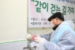 인강원 식당 벽 페이트칠 자원봉사하는 복지관 장애인 이용고객 (사진제공: 서울특별시립북부장애인종합복지관)