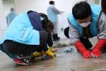 인강원 식당 바닥 청소하는 복지관 직원 (사진제공: 서울특별시립북부장애인종합복지관)