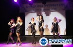 2016학년도 한국국제예술원 입학식에서 아이돌 그룹 워너비가 축하공연을 하고 있다