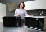 삼성전자 모델이 13일 삼성전자 수원사업장 생활가전동 프리미엄하우스에서 2016년형 삼성 전자레인지 신제품을 소개하고 있다