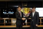 삼성전자 영상디스플레이사업부 유준영 상무(사진 오른쪽)와 SBS 박영수 기술본부장(사진 왼쪽)이 함께 악수를 하고 있다