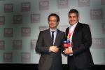 8일(현지시간) 브라질 상파울루에서 열린 2016 중남미 최고 고용 기업 시상식에서 삼성전자 브라질 법인 인사 디렉터 실비오(오른쪽)가 수상을 하고 있다