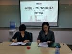 (좌측) 중화망 쟈수징 부총경리와 (우측)발렌스코리아 김지유 대표가 언론홍보제휴계약을 체결하고 있다