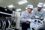 협력사 MG전자 생산 라인에서 모비스 직원이 협력사 실무 담당자에게 기술 교육을 실시하고 있다
