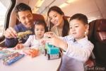유럽 기차 안에서 여행을 즐기는 한 가족