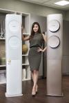 삼성전자 모델이 23일 삼성전자 수원사업장 생활가전동 프리미엄 하우스에서 혁신적인 무풍냉방 기술로 인기몰이를 하고 있는 삼성 무풍에어컨 Q9500을 소개하고 있다 (사진제공: 삼성전자)