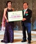 한국여성벤처협회 송미란 부산경남지회장이 동명대 오거돈 총장에게 장학금 1천만 원을 기증하는 모습이다