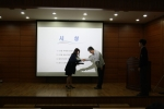 (KEC 사내 시상행사에서 환경안전파트 류미화(좌) 사원이 대표하여 수상하고 있다. 시상자는 기술생산본부장 윤동현(우))