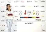 가수 아이유가 5일 오전 서울 중구 소공동 웨스틴 조선호텔에서 열린 신제품 출시 행사에서 스타일과 성능을 겸비한 무선 블루투스 오디오 h.ear 시리즈를 소개하고 있다