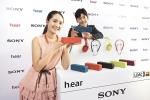 소니코리아 모델들이 올 봄 트렌드를 이끌어갈 5가지 컬러인 비리디언 블루, 보르도 핑크, 시나바 레드, 차콜 블랙, 라임 옐로우 신제품을 소개하고 있다