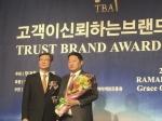5일 서울 강남구 라마다호텔에서 문용우 KG아이티뱅크 대표(오른쪽)가 고객이 신뢰하는 브랜드 대상을 수상한 뒤 기념사진을 찍는 모습이다