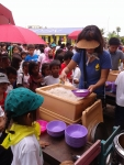 타클로반 한인교회에서 타클로반 태풍 이재민 어린이들에게 카레밥을 배식하는 모습. 주 1회 100여명의 아이들에게 급식을 하고 있고, 5월부터 현지 어린이를 위한 학교도 수업을 시작할 예정이다.