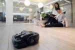 삼성전자 모델들이 11일 삼성전자 수원디지털시티 생활가전사업동 프리미엄하우스에서 강력한 디지털 인버터 모터를 채용해 진공 흡입이 가능하고 최첨단 센서로 뛰어난 이동성을 갖춘 로봇청소기 2016년형 삼성 파워봇을 소개하고 있다