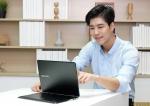 삼성전자 모델이  2016년형 프리미엄 2-in-1 노트북 삼성 노트북 9 스핀을 선보이고 있다