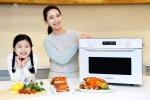 삼성전자 모델들이 13일 조리실 상단에서 직화 열풍을 고르게 쏟아 내리는 핫블라스트 기술을 적용한 삼성 직화오븐 신제품을 소개하고 있다
